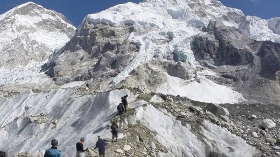 Two Indians climbers among 3 dead on overcrowded Mount Everest  http://www.hindustantimes.com/india-news/2-indians-climbers-among-3-dead-on-overcrowded-mount-everest/story-VltWZ1FJ6E9U132b5hsmOL.html …