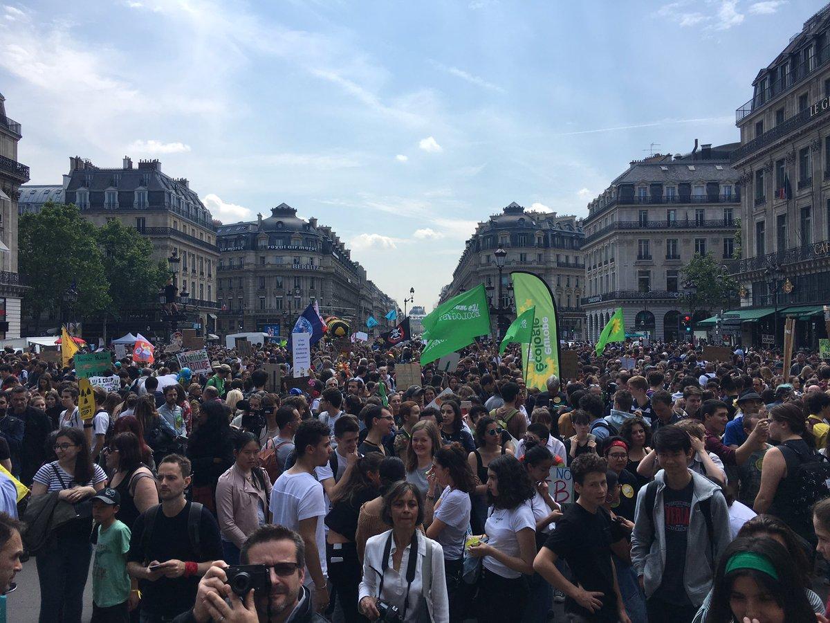 «Et un, et deux, et trois degrés, c'est un crime contre l'humanité.» «On est plus chauds que le climat.» Les jeunes se chauffent avant la marche pour le #climat à Paris