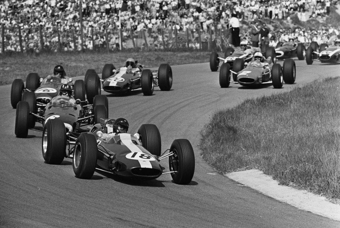 #OnThisDay 55 years ago the great Jim Clark won the #DutchGP at Zandvoort, leading every lap, posting fastest lap en route, his Lotus 25 finishing 53.6sec up on John Surtees' 2nd-placed Ferrari 158. Pic: Clark leads from Graham Hill (BRM P261) & Dan Gurney (Brabham BT7) on lap 1.