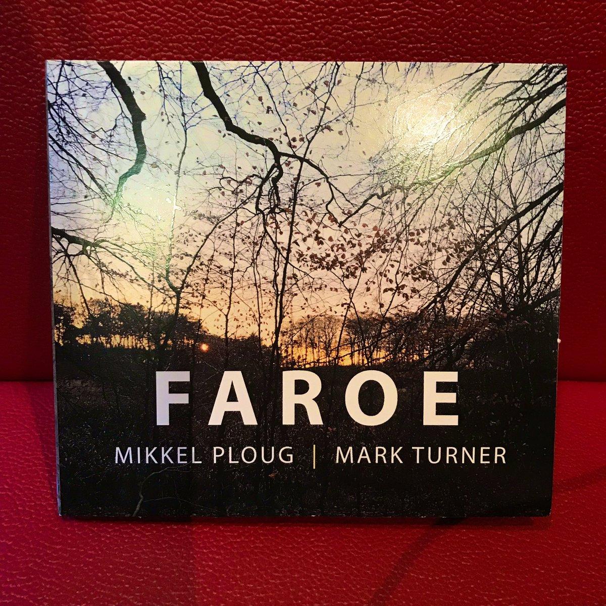 FAROE Mikkel Ploug & Mark Turner  デンマーク出身のギタリスト、ミケル・プラウグと、テナー・サックス奏者、マーク・ターナーのデュオ作。  アコースティックとエレキ比率は半々くらい。 凝ったコード、シンプルなメロディのコンテンポラリーデュオ。  #ジャズ喫茶 #喫茶店 #ジャズ #喫煙可 #WiFi