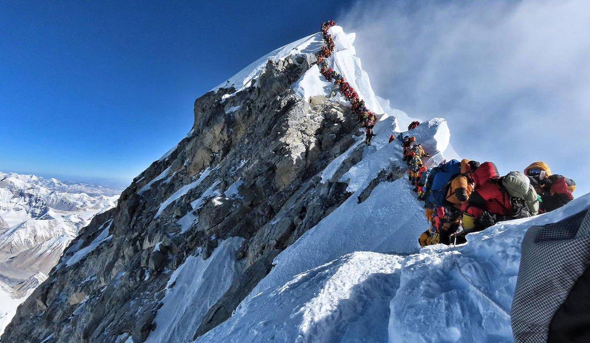 Flipante: alpinistas esperan su turno para llegar a la cumbre del Everest, el pasado miércoles. : NIRMAL PURJA AFP