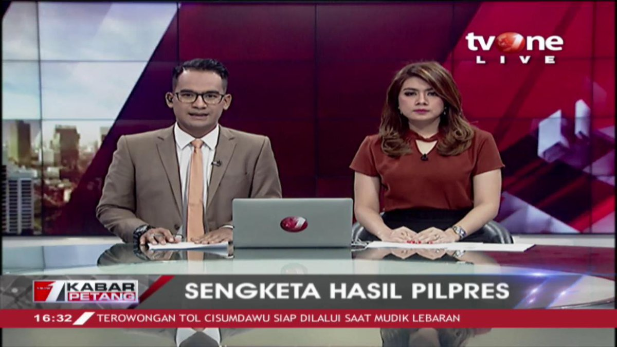 Tim BPN Prabowo - Sandiaga mendaftarkan gugatan hasil Pilpres Jumat malam.Dapatkan berita lain hanya di tvOne connect, android http://bit.ly/2CMmL5z  & ios http://apple.co/2Q00Mfc #tvOneNews