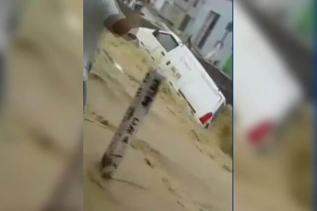Camioneta fue arrastrada por la fuerza de los arroyos en Barranquilla https://buff.ly/2VNwmyK #PrimeraEdición