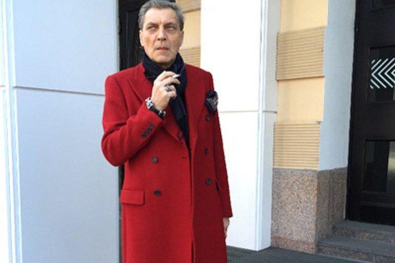 дерево невзоров в красном пальто фото предоставляется только благоустроенное