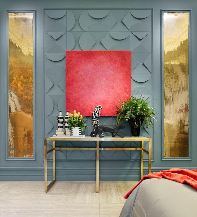 La #interiorista @virginitash decoró las paredes de su espacio en #CasaDecor2019, el #dormitorio 'The Flapper', con molduras de @OracDecor que ampliaban la altura en la habitación, y las pintó en un atrevido tono azul grisáceo. https://t.co/x2DRPdvTC6