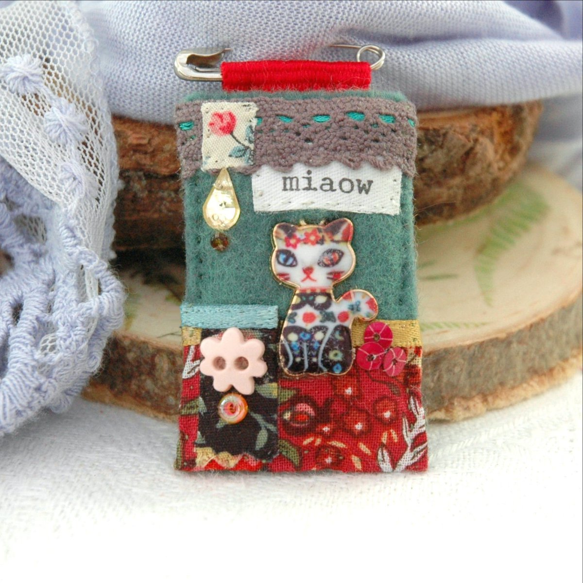 Cat pin brooch - one of a kind and hand sewn by Ellie&#39;s Treasures. Perfect #jewellery #gift for #catlovers.   https:// etsy.me/2Wv7ArX  &nbsp;    #hhlunch #etsyjewelry <br>http://pic.twitter.com/EmpGk5xg9d