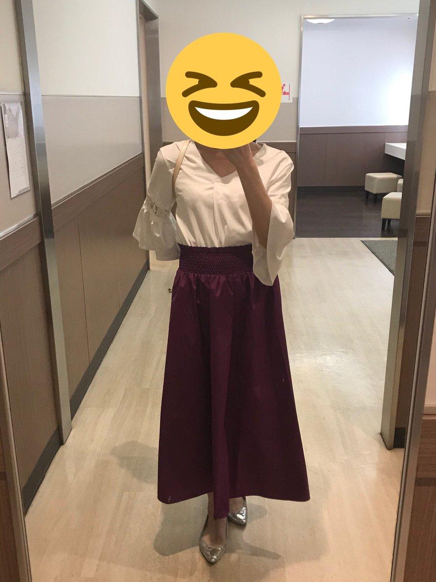 今日推し色のスカート履きたくなって学校にこの格好で言ったら、英会話の講師に「あら、今日はエレガントね。デート?」って言われました\(* ´ ꒳ ` *)/
