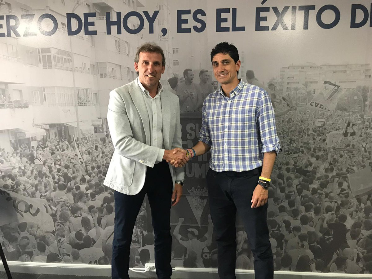 Óscar Arias y Juanma Pavón tras renovar el contrato del segundo al frente del Cádiz B (Foto: CCF).