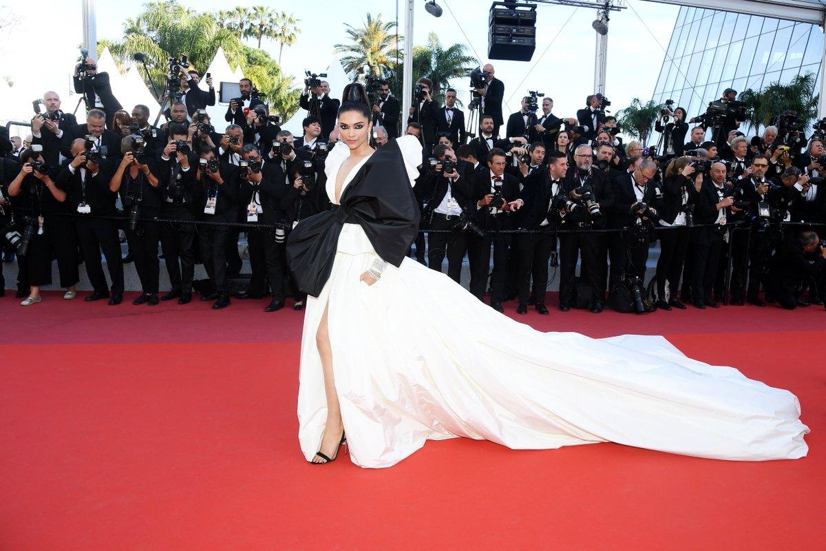 La venue de #DeepikaPadukone, sur le #TapisRouge, a également été très remarquée avec sa robe #oversize et son makeup précis.