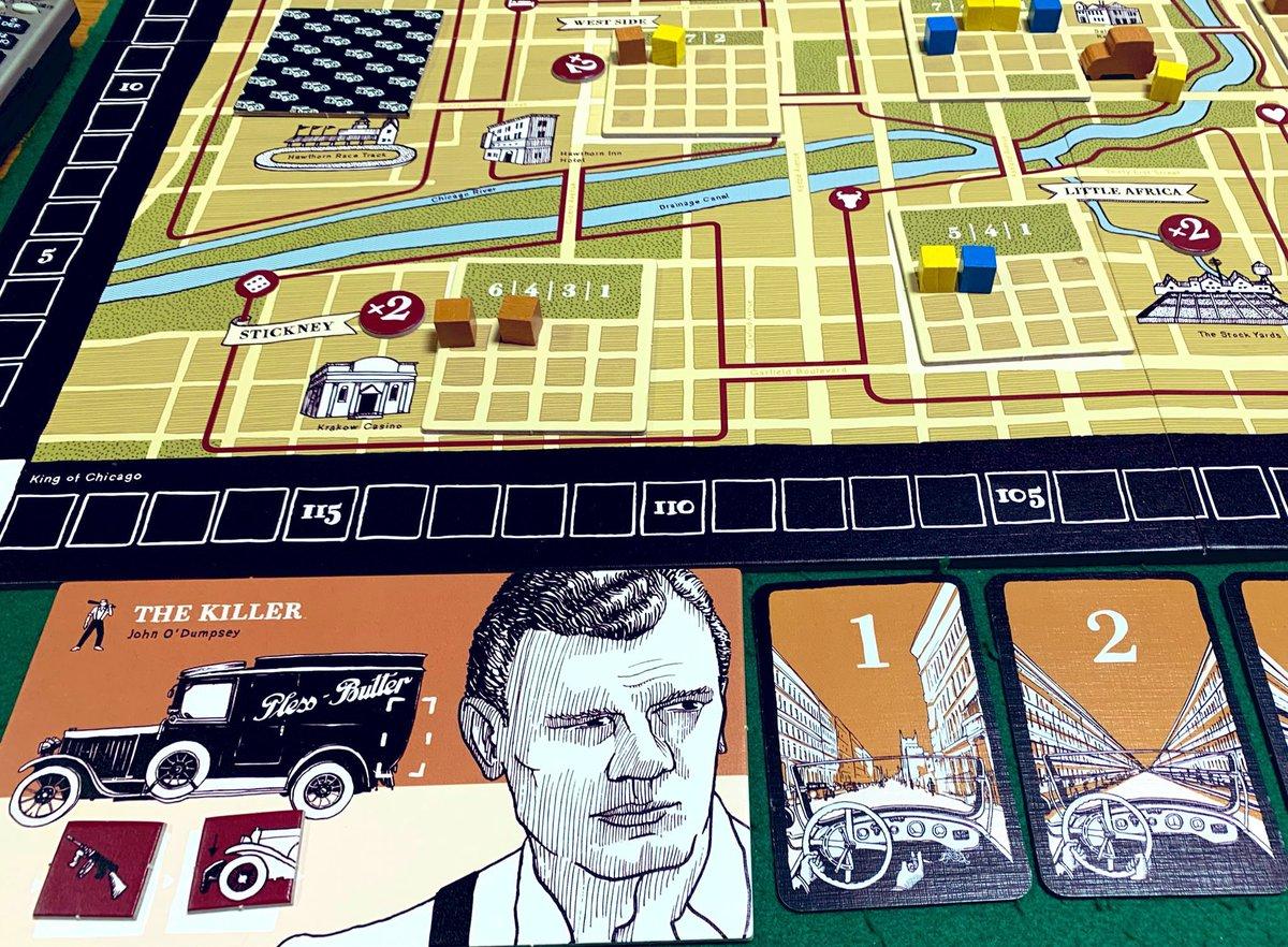 第133回ドイツ会で遊べるゲーム11「ギャングスター」シカゴを舞台にしたギャング達の縄張り争い。ギャングのボスになって手下を各地域に派遣、邪魔な奴はトランクに入れて海に沈めましょう(シチリアの朝食)。地域毎の利益は多数派が多く獲得するとは限らないのがミソ。一風変わった陣取です。