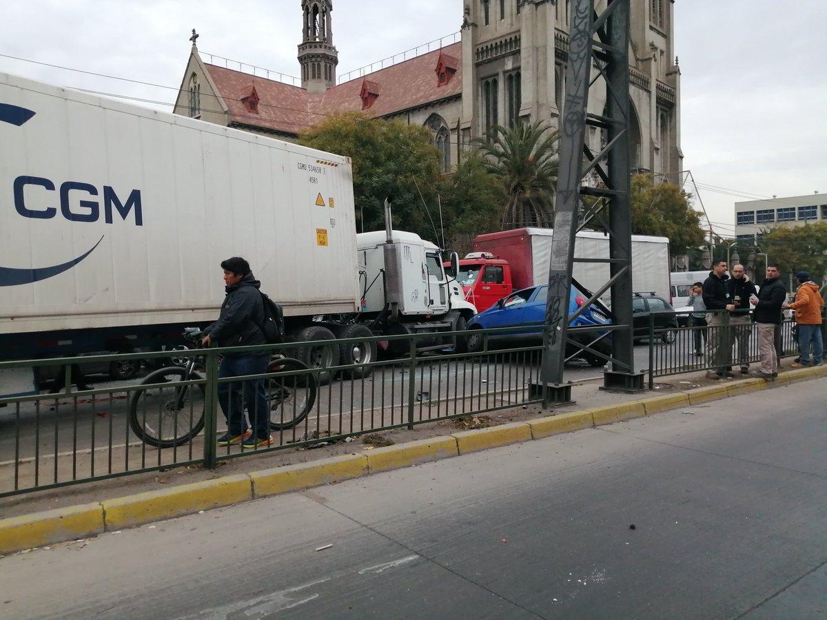RT @RNESANTIAGO 🔴AHORA | Santiago Centro Colision multiple en Avda Blanco Encalada c/ San Alfonso. 2 camiones y 7 vehiculos involucrados. Personal de @cbsantiago y @Carabdechile en el lugar EN DESARROLLO  #TodosSomosRNE   @tteinforma_RM @UOCT_RM  Fotos @papiricky69