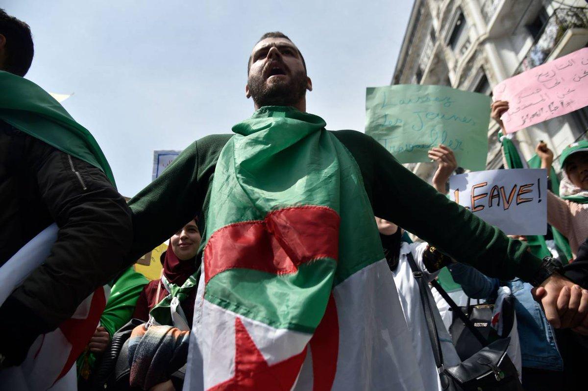 رفضا للانتخابات المقررة في 4 يوليو/تموز.. آلاف الجزائريين يتظاهرون في ساحة البريد بالعاصمة وسط طوق أمني مكثف