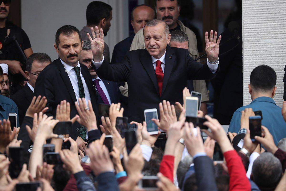 #أردوغان يفتتح مسجدا في منطقة أيوب سلطان بـ #إسطنبول http://v.aa.com.tr/1488446