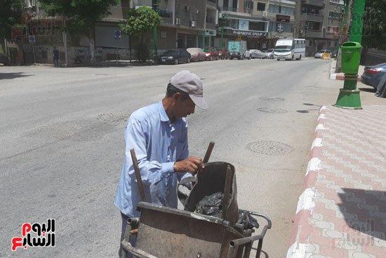 """#اليوم_السابع   """"الشقيانين فى الشوارع"""".. عمال النظافة بأسيوط vs حرارة الجو والصيامhttp://www.youm7.com/4255573"""
