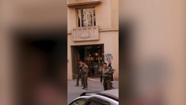 Francia, le forze dell'ordine circondano il luogo ...