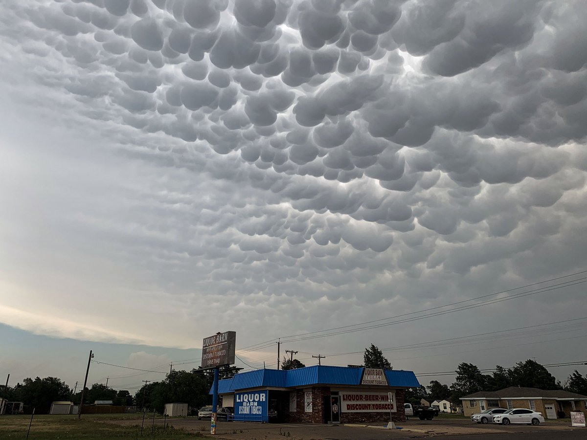 RIDICULOUS #mammatus clouds right now in Tulia, Texas! @StormViewLIVE @spann @weatherchannel @WeatherGoinWILD @NycStormChaser<br>http://pic.twitter.com/OOutuPhBpY