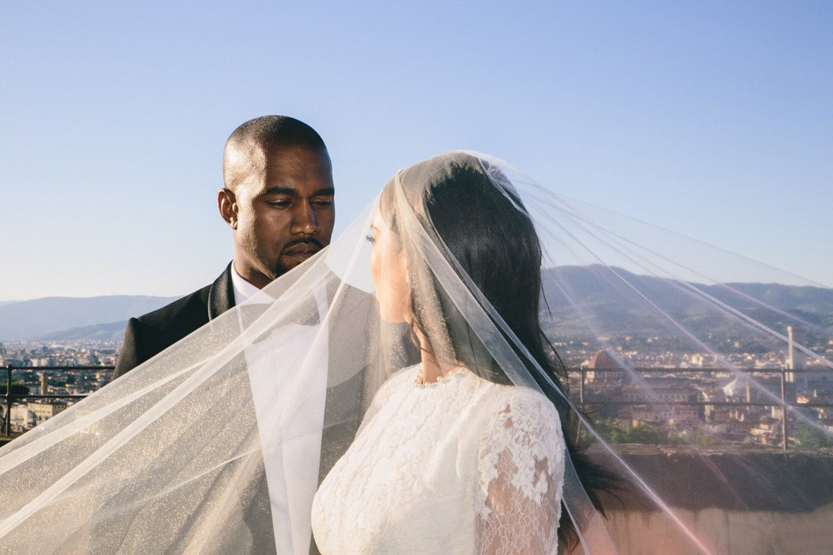 5 years of marriage   Happy anniversary @KimKardashian &amp;amp; @kanyewest!! <br>http://pic.twitter.com/QOzhqoCOI7