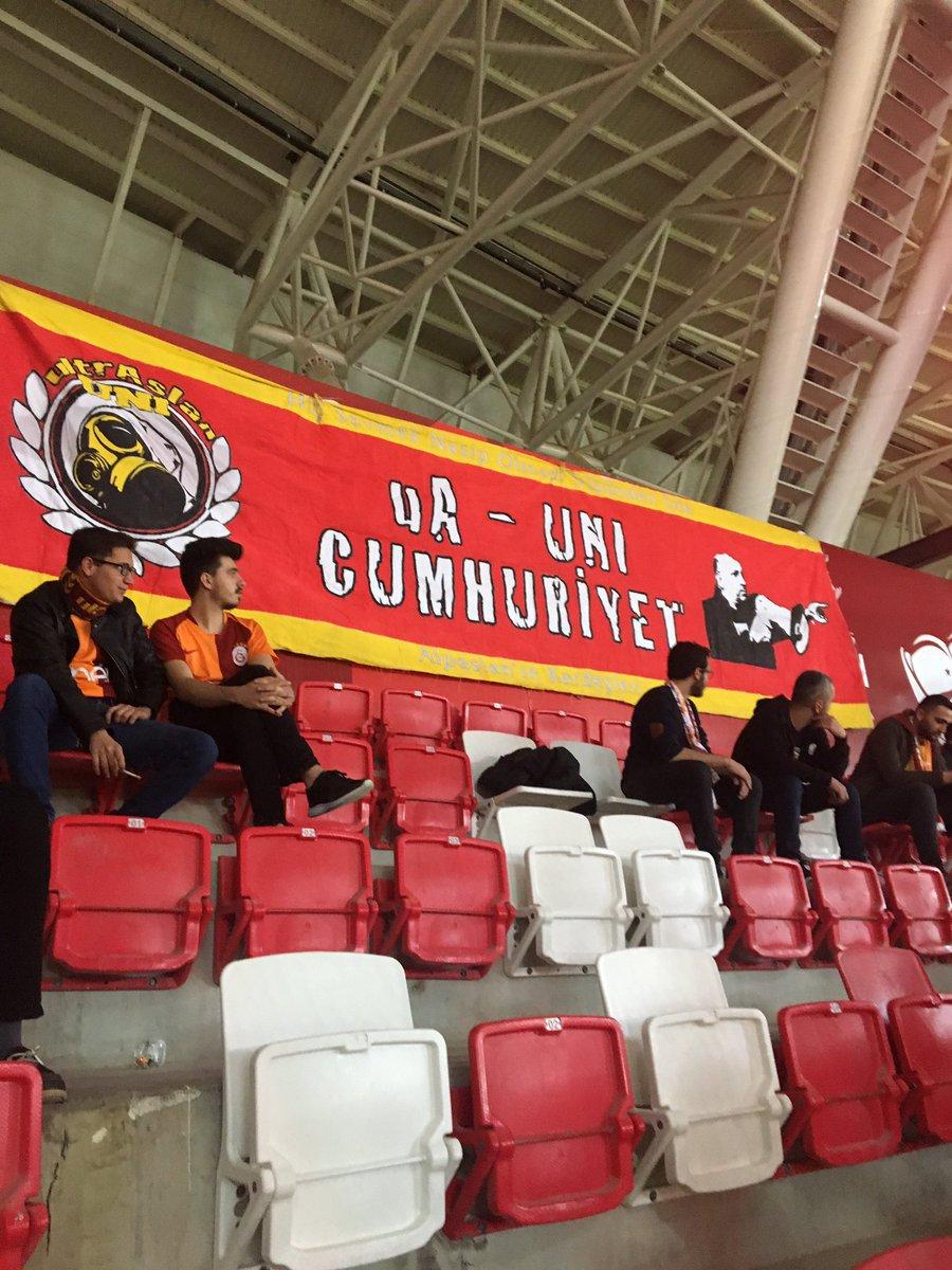 """Adını haykırdık doğusundan batısına, güneyinden kuzeyine her şehirde """"EN BÜYÜK CİMBOMBOM"""" diye…Sivasspor-Galatasaray lig maçında tribünde yerimizi aldık.#ultrAslanUNI"""