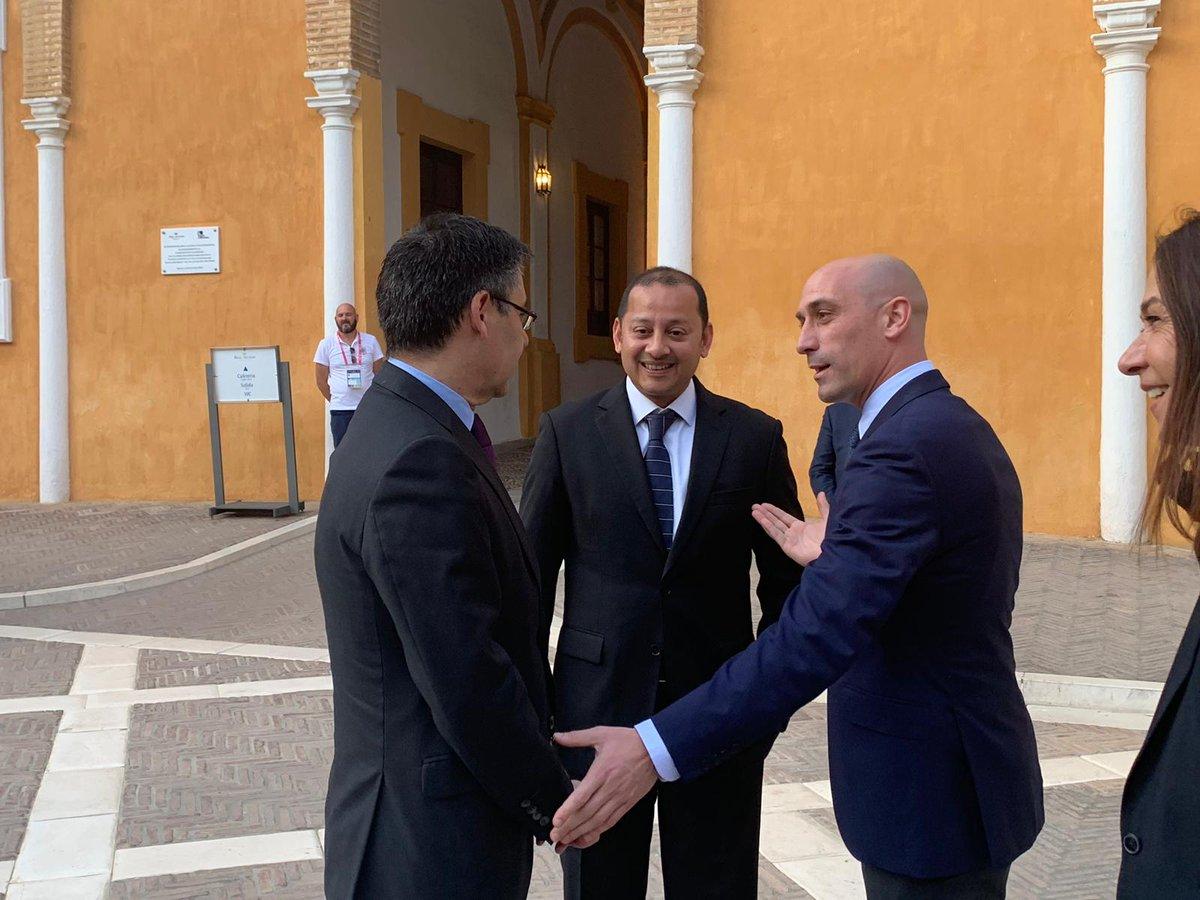 Rubiales, junto a los presidentes de los dos equipos.