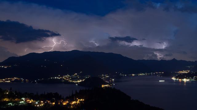 Como, lo spettacolo della tempesta di fulmini sul ...