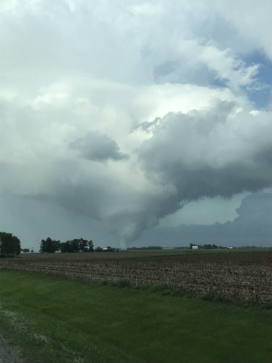 Strong tornado on the ground SW of Coralville, Iowa 20 minutes ago @AriWeather @weatherchannel @spann @JimCantore @WeatherNation<br>http://pic.twitter.com/GlppUHofSL