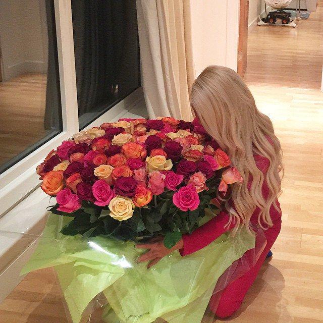 Днем рождения, картинки девушек с цветами в руках без лица блондинки