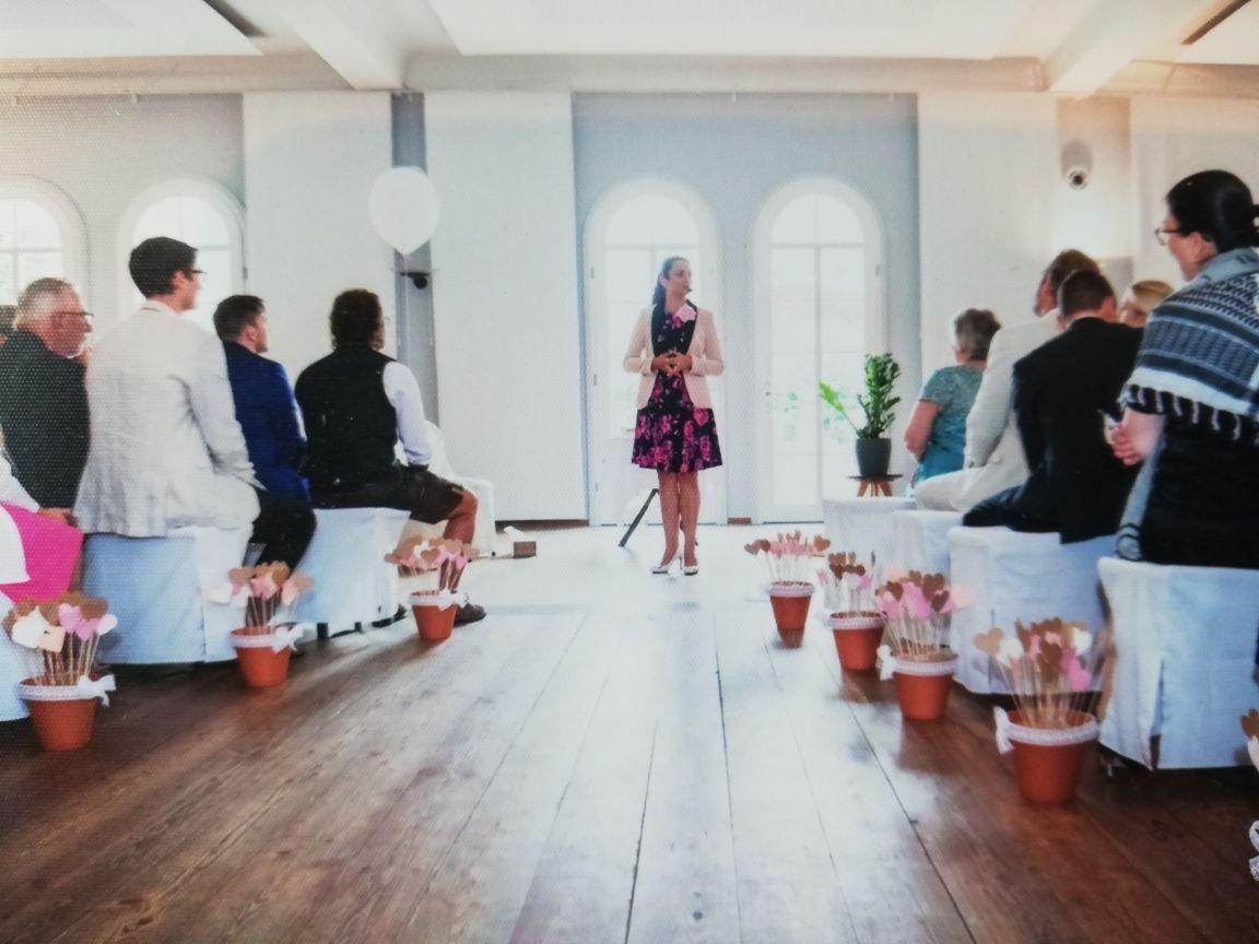 Bevor die Braut kommt, nutze ich die Zeit, um mich kurz vorzustellen und den Ablauf zu erklären. Hier kann man auch wunderbar überprüfen, ob alle Handys auf lautlos geschalten sind. #freieTrauung #Hochzeit #liebe #ehe #freierednerin #liebekenntkeinegrenzen #emotionen #trauungpic.twitter.com/AOL7TcogiS