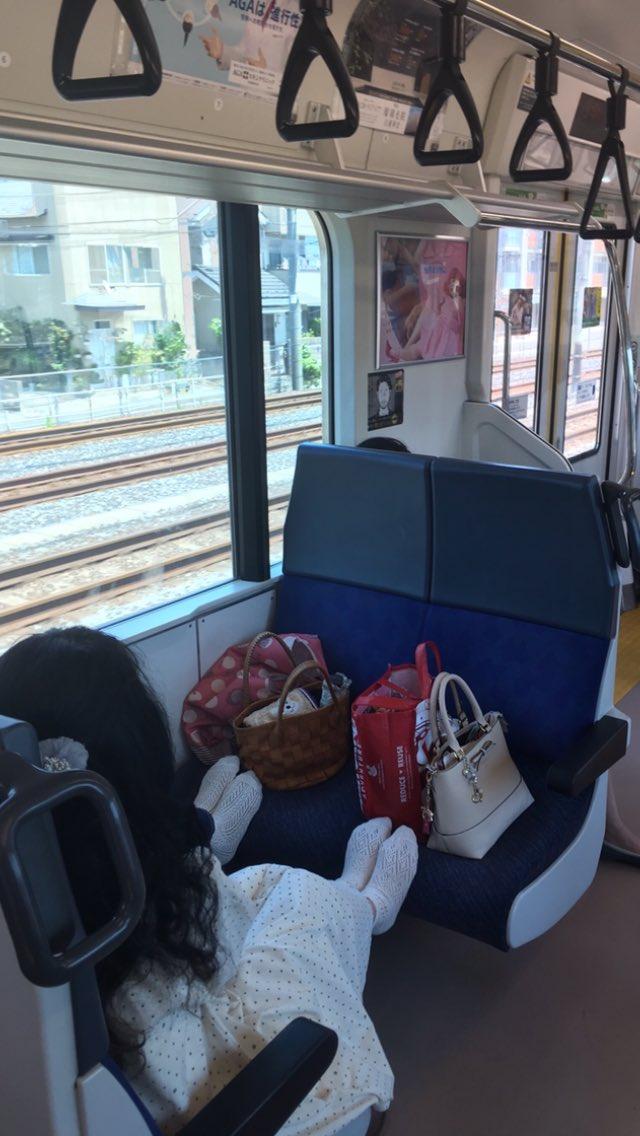 電車の対面座席を利用する人に言いたい 対面座席は人が座るところで荷物置きでも足置き場でもない ましてや席に座りたい人が来た時に睨みつけるなどもってのほかだ あえてこういう利用している女性の方々の顔は隠しましたがこういう使い方してる人は猛省してほしい
