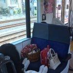 電車の対面座席を利用する人へ。そこ荷物置き場じゃないんで……