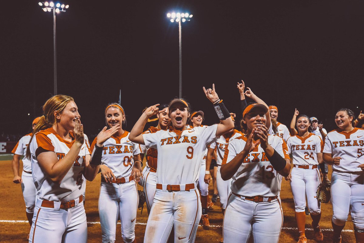 Texas Softball takes down Alabama in game two of Super Regionals   #HookEm<br>http://pic.twitter.com/csCJTQ5OLs