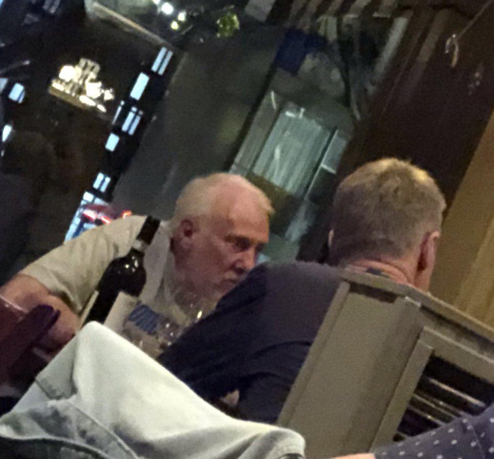 HLV Steve Kerr đi ăn tối cùng ông Gregg Popovich trước thềm Finals: Xin học lỏm bí kíp về Kawhi Leonard?