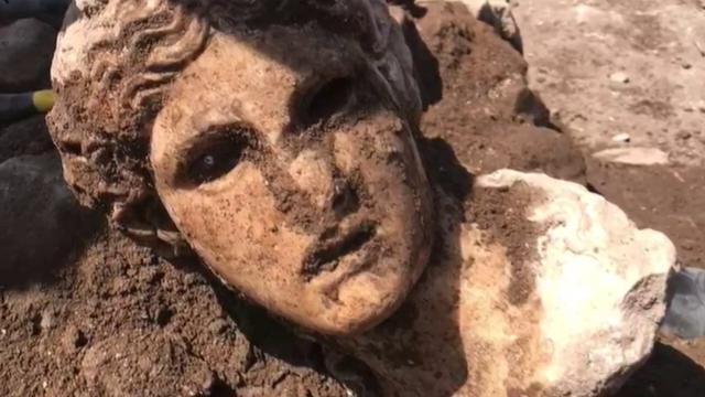 Fori imperiali, la testa marmorea di una divinità...