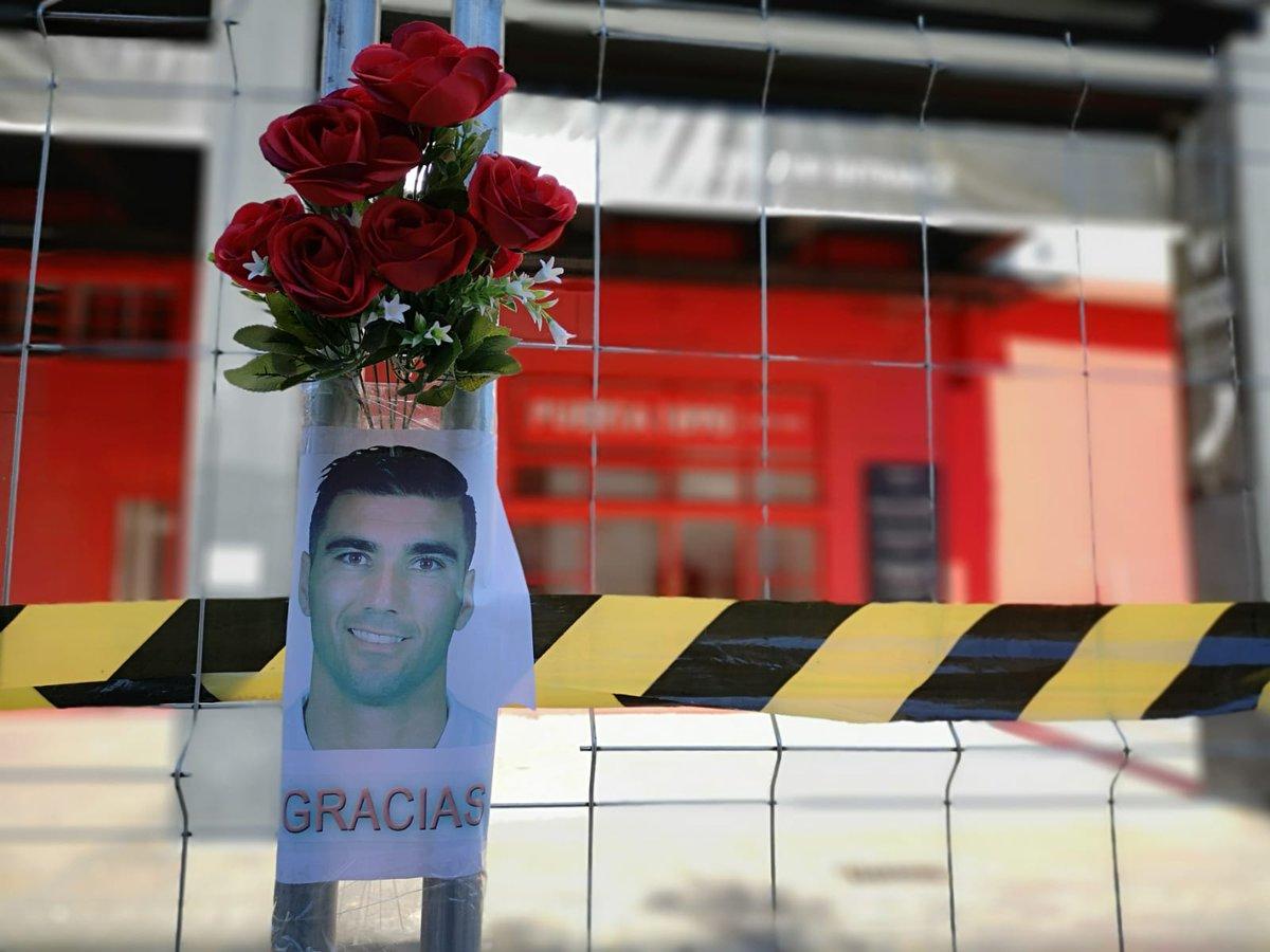 🖤 Sobran las palabras. Ramo de rosas e imagen de José Antonio Reyes en una de las puertas del Sánchez-Pizjuán #ReyesEterno