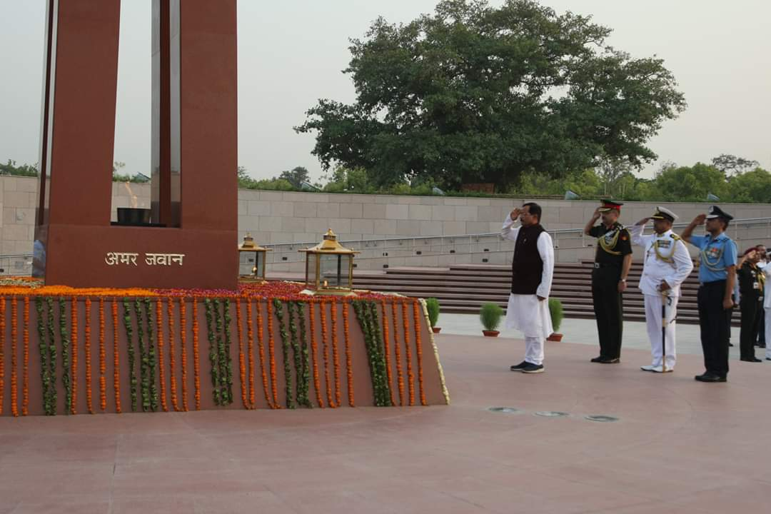 Newly sworn in Rajya Raksha Mantri Shri Shripad Y Naik also paid tributes to the Bravehearts at the National War Memorial followed by a brief visit around the monument today evening. @adgpi @indiannavy @IAF_MCC