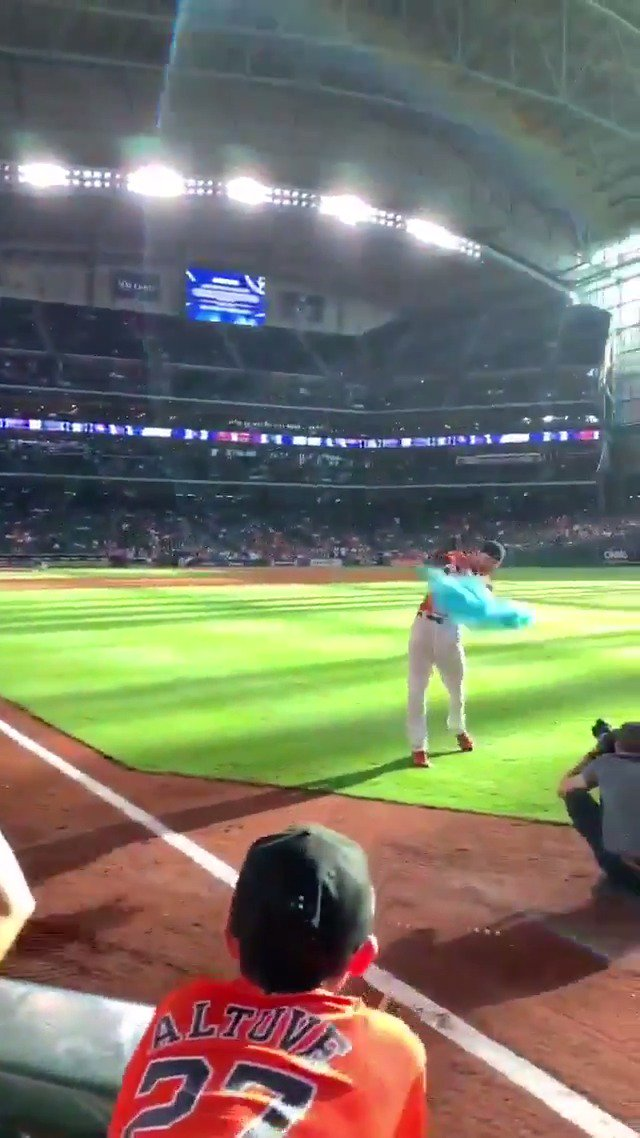 Josh Reddick helped this couple with their gender reveal 👏