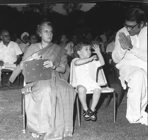 1970s :: West Bengal CM Siddhartha Shankar Ray Doing Namaste to Rahul Gandhi   ( Photo Division) <br>http://pic.twitter.com/GQUcABBcbv