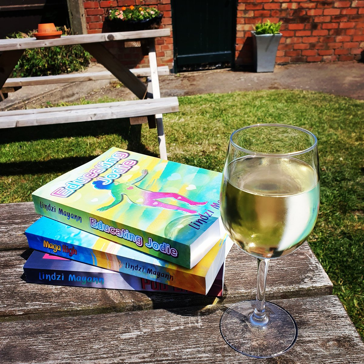 It's #NationalWineDay Get involved  grab a glass of your favourite wine and download a copy of Maga High, the first in the trilogy. And relax #HappyWeekend #sunny #saturday #WineDay #readingcommunity