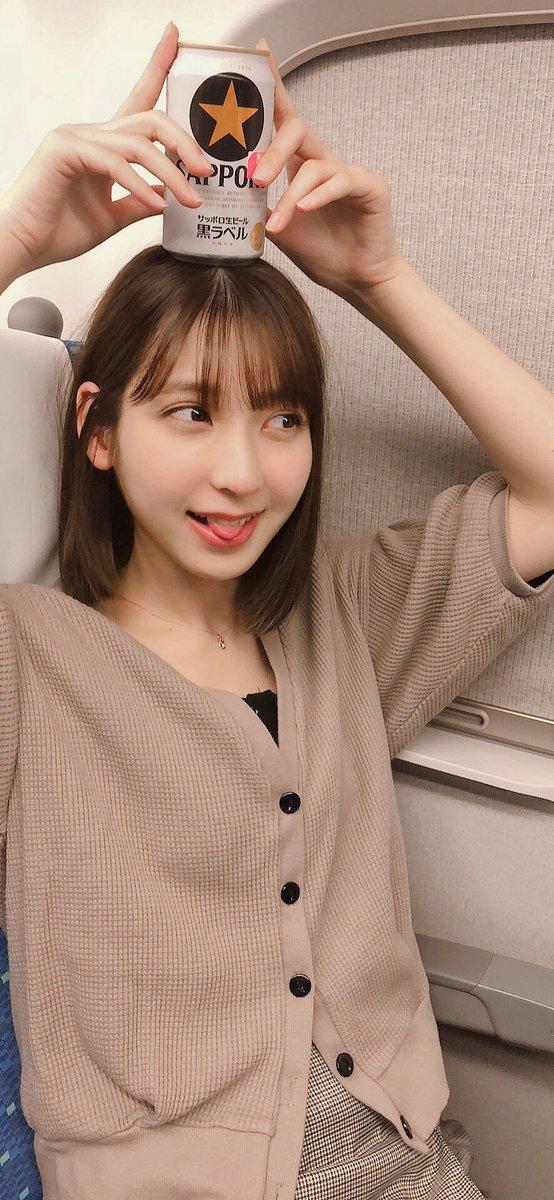 かわいい女の子が新幹線で缶ビール飲んでる