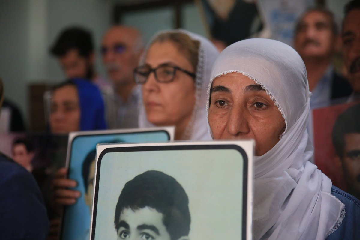 Comme chaque semaine, les proches des victimes de disparitions forcées étaient rassemblés ce samedi à #Diyarbakır et #Batman. La manifestation de cette semaine était consacrée à 7 disparus en garde à vue.