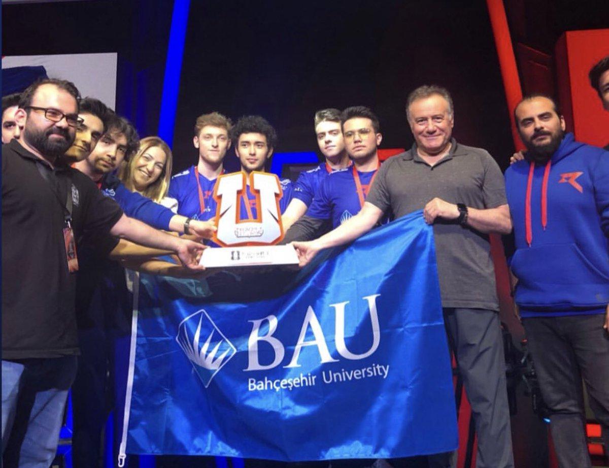 Mütevelli Heyeti Başkanımız Sn. Enver Yücel de şampiyon takımımızı yalnız bırakmadı. #Unilig2019 #bambaubam #WeAreRaiders 🏆