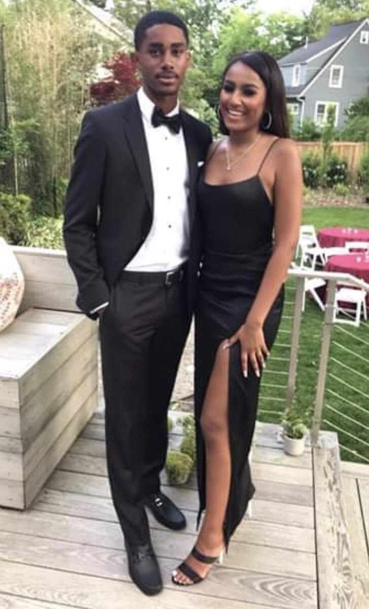 Sasha Obama attended prom looking absolutely beautiful with her handsome date!!! Her mom, Michelle and sister, Malia were there to see her off. #Prom2019<br>http://pic.twitter.com/eWJTYSEc6i