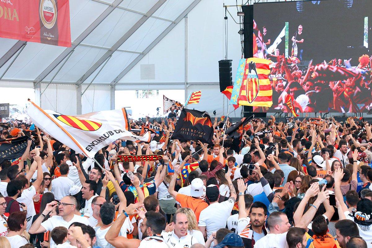 Aficionados en la Fan Zone de Valencia (Foto: Valencia CF).