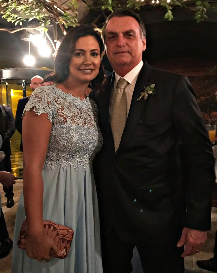 Acompanhando o casamento do meu 03, Eduardo Bolsonaro, ao lado de minha esposa, Michelle Bolsonaro. Desejamos toda felicidade ao casal e que Deus abençoe essa união! Bom final de sábado a todos!