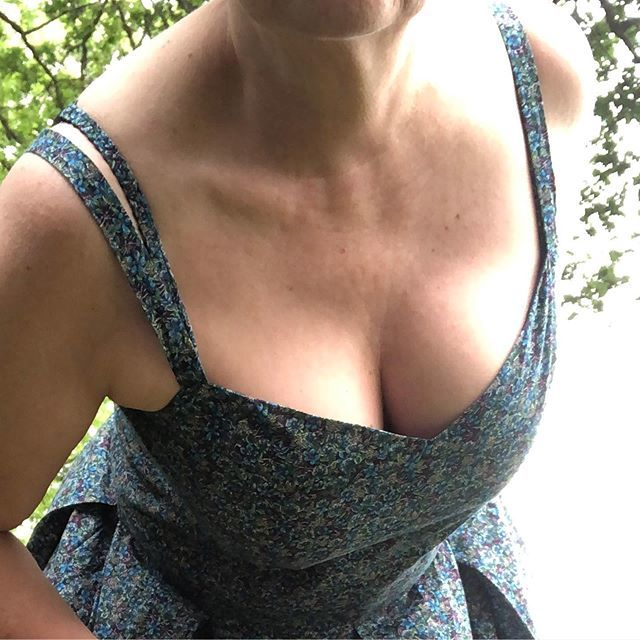 #memademay2019 day 26 Boobage! This is a @la_maison_victor dress in @libertylondon One of the solution to the peeking bra strap, besides making the straps larger, is to make a matching @clothhabit #watsonbra I love having that super power.  Décollet… http://bit.ly/2JFxIKBpic.twitter.com/HtKiguuW8V