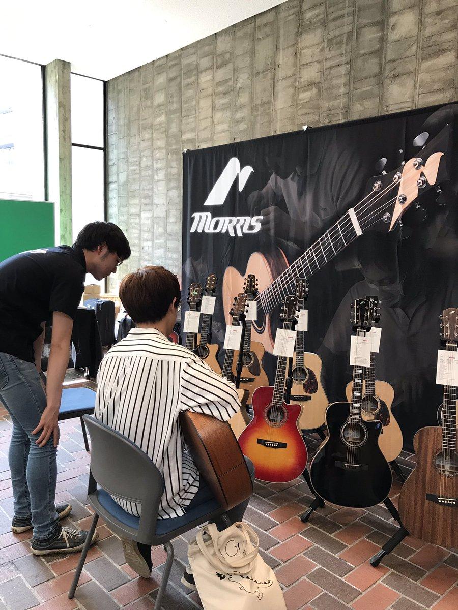 モーリスギターの展示コーナーでは、実際にギターを演奏できます! 素敵な音色が聞こえてきています🎵 #ギタカ #モーリスギター