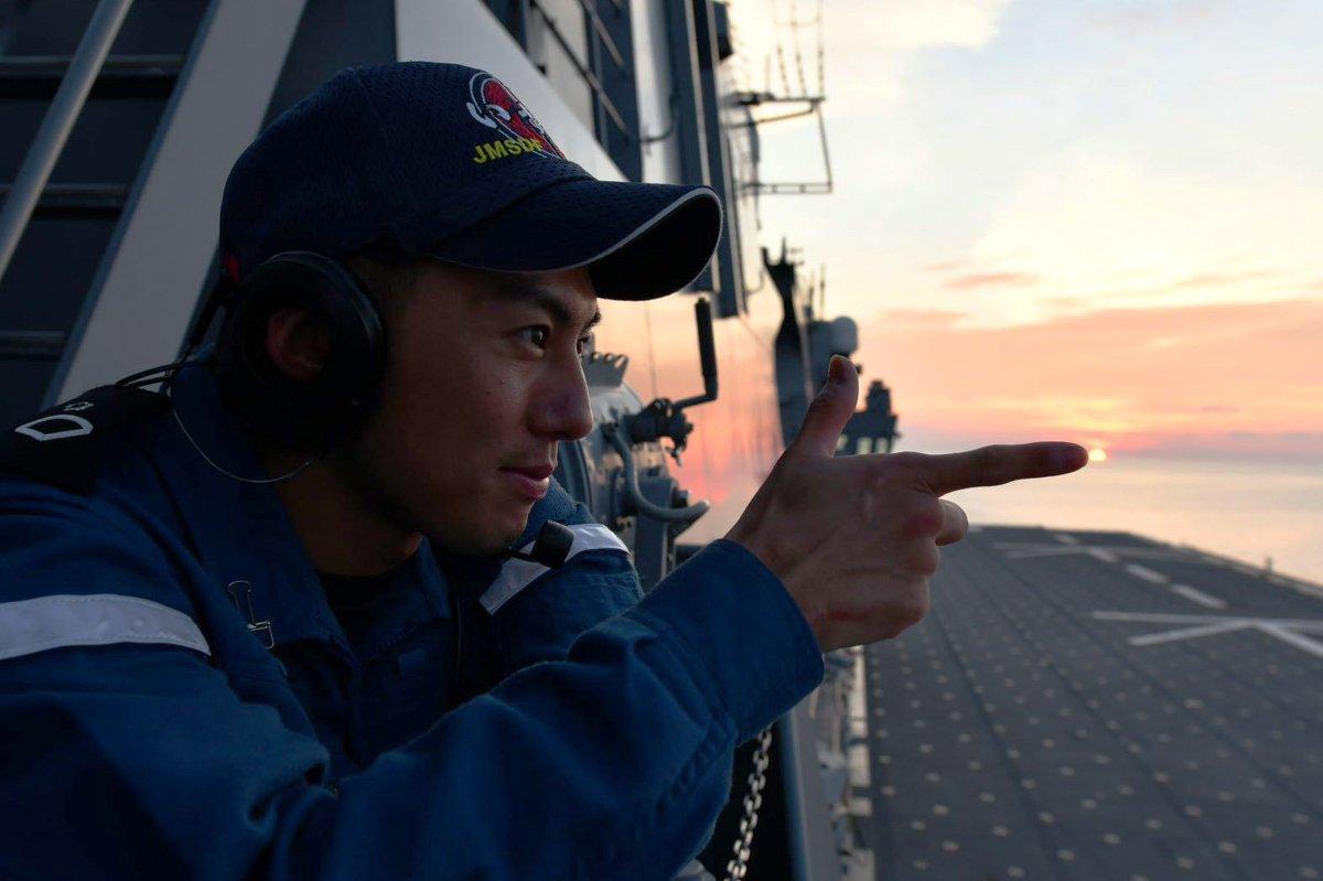 ?防衛省 海上自衛隊@JMSDF_PAO【平成31年度インド太平洋方面派遣訓練(IPD19)】5月25日、#IPD19 は、艦橋でラッパ吹奏、手旗訓練を実施し、航海科員の技量を向上させました。航海中、艦橋では常に見張りを実施し、安全な航行に努めています。#海上自衛隊 #いずも