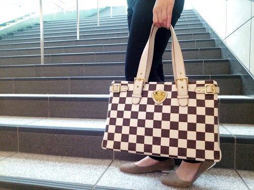 5673d5756211 「コーディネートのアクセントに持ちたいバッグ」 柔らかくさわやかな印象なので春夏にピッタリのカラー♪  小ぶりに見えますがA4ジャストサイズなのでビジネスシーンに ...