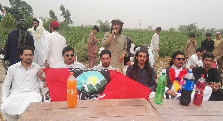 Thread on PTM debunking the notion that it is a peaceful civil rights movement.I'll begin with this picture.How does a group that raises a secessionist flag claim to be struggling for constitutional rights?