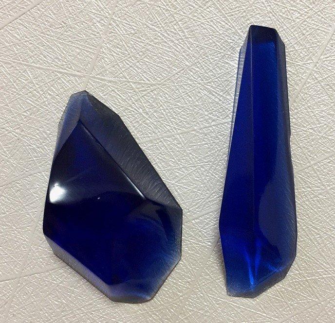セリアで購入した鉱石のモールドも試してみる。なかなかつやっときれいに仕上がるなぁ。2枚目のほうが本当の色に近いです。 レジン液はGreenOceanさんの熊五郎の涙とレジン堂さんのカラーアリスティックブルーと多分福袋?に入ってたジュエルブラックを少し混ぜた。