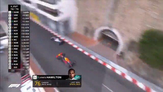 🇲🇨 In palio la vittoria del #MonacoGP 😈 @Max33Verstappen tenta l'attacco su @LewisHamilton 💥 e c'è il contatto ❗ #SkyMotori #F1 #Formula1